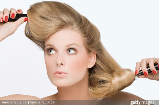 Trop de colorations ou trop de brushings rendent vos cheveux cassants.
