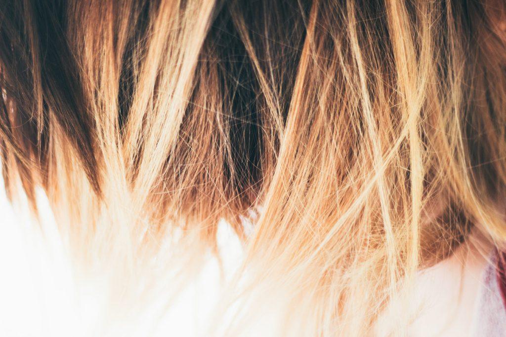 Jeune femme aux cheveux colorés avec un balayage blond